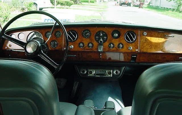 the first dashboard of a silver shadow was a beautiful dashboard with a lot  of wood  on the pictures below of a rolls-royce silver shadow from 1967 you  can