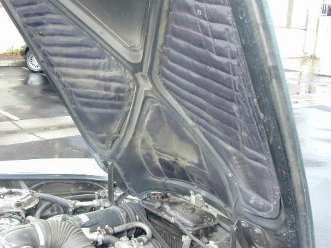 Sound-deadening material under the bonnet